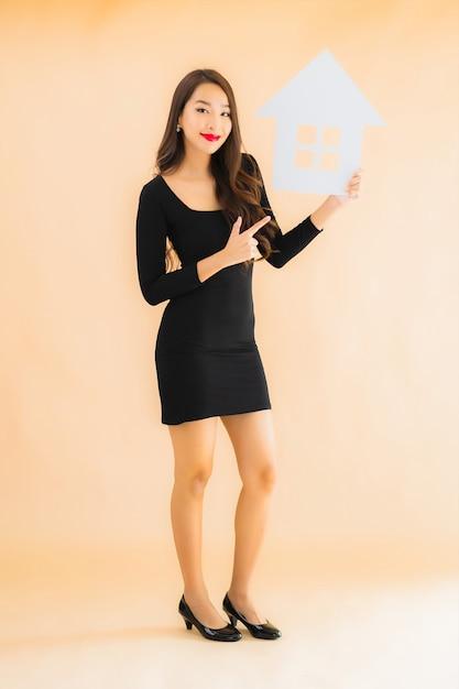 Porträt schöne junge asiatische frau mit hauptfahne Kostenlose Fotos