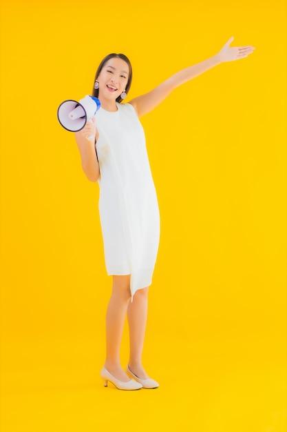 Porträt schöne junge asiatische frau mit megaphon Kostenlose Fotos