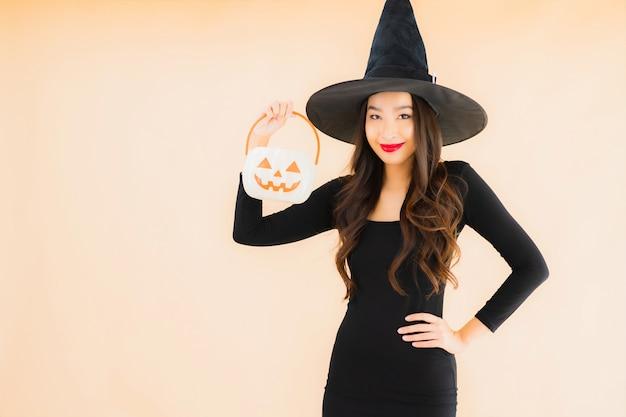 Porträt schöne junge asiatische frau tragen halloween-kostüm Kostenlose Fotos