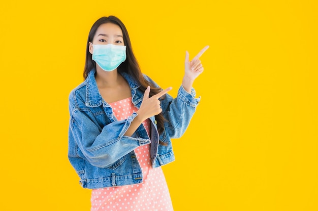 Porträt schöne junge asiatische frau tragen maske zum schutz coronavirus oder covid19 Kostenlose Fotos