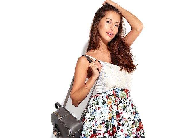 Porträt schönes niedliches brünettes frauenmodell in lässiger sommerkleidung ohne make-up lokalisiert auf weiß Kostenlose Fotos
