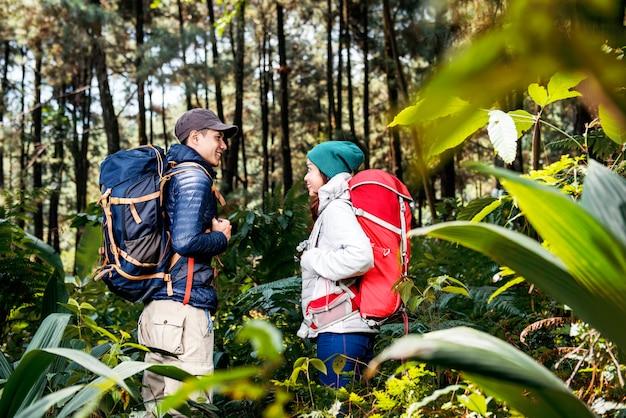 Porträt von den asiatischen wandererpaaren, die stehen und sich schauen Premium Fotos