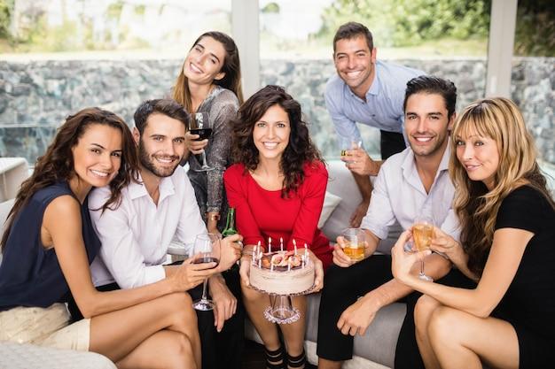 Porträt von den freunden, die einen geburtstag lächeln und feiern Premium Fotos