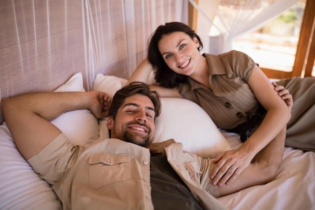 Porträt von den lächelnden paaren beim lügen auf himmelbett Kostenlose Fotos