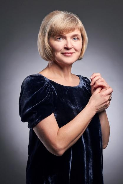 Porträt von erwachsenen erfolgreichen frauen, großmutter Premium Fotos