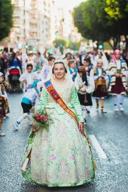 Porträt von falleras-frauen, die das traditionelle kostüm von fallas tragen Premium Fotos