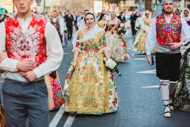 Porträt von frauen als falleras verkleidet mit dem bunten und luxuriösen kleid von fallas. Premium Fotos
