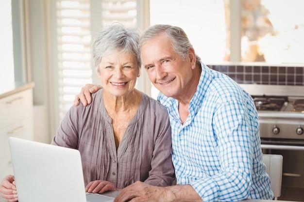 Porträt von glücklichen älteren paaren mit Premium Fotos
