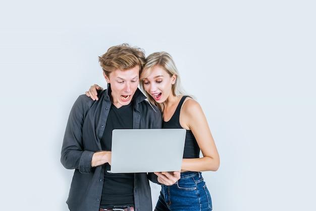 Porträt von glücklichen jungen paaren unter verwendung der laptop-computers Kostenlose Fotos