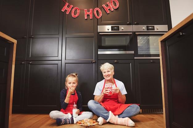 Porträt von großmutter und enkelin in der küche Kostenlose Fotos