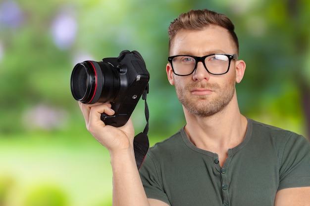 Porträt von hübschen jungen im glasmann mit kamera Premium Fotos