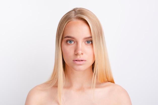 Porträt von jungen blondinen mit klarer haut Premium Fotos