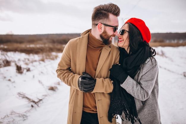 Porträt von jungen paaren im winterpark Kostenlose Fotos