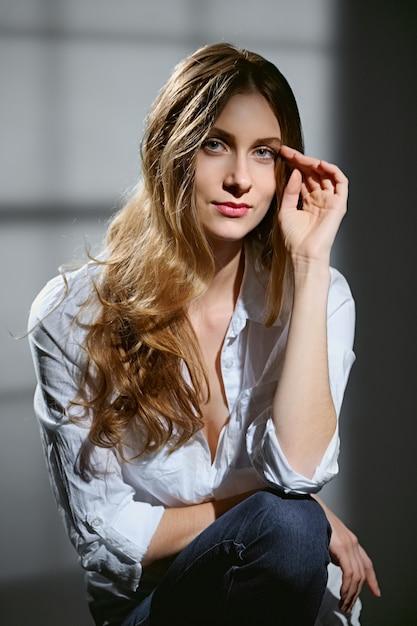 Porträt von schönen mädchen mit langen lockigen haaren Premium Fotos