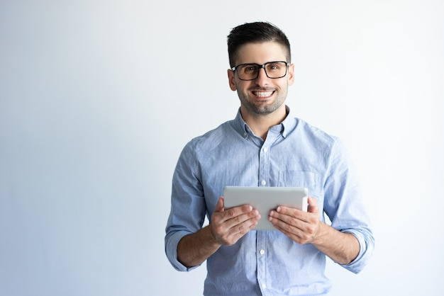 Porträt von tragenden brillen des netten aufgeregten tablettenbenutzers Kostenlose Fotos
