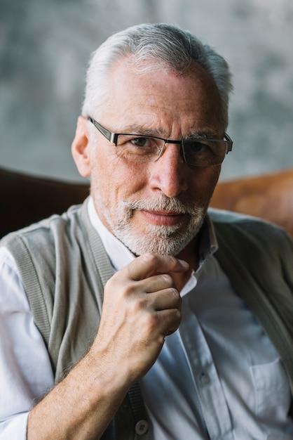 Porträt von tragenden brillen eines älteren mannes Kostenlose Fotos