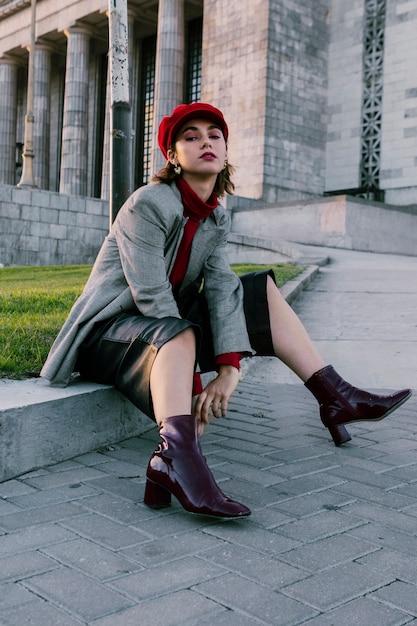 Porträt von tragenden stiefelfersen einer schönen jungen frau, die kamera betrachten Kostenlose Fotos