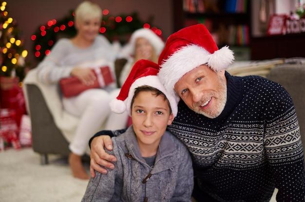 Porträt von vater und sohn in weihnachtsmützen Kostenlose Fotos