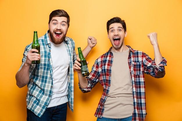 Porträt von zwei freudigen jungen männern Premium Fotos