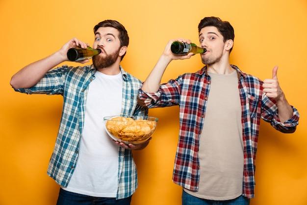 Porträt von zwei glücklichen jungen männern Premium Fotos