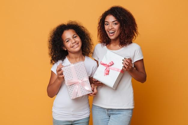 Porträt von zwei hübschen afroamerikanischen schwestern Kostenlose Fotos