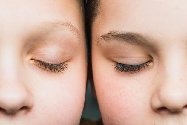 Porträt von zwei jungen hautnah Kostenlose Fotos