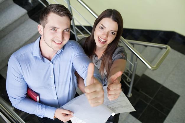Porträt von zwei lächelnden geschäftspersonen Premium Fotos