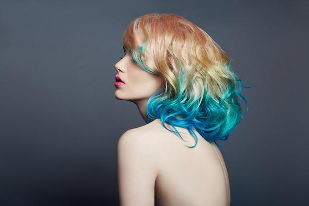Porträtfrau mit dem hellen farbigen fliegenhaar Premium Fotos