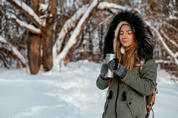 Porträtfrau mit rucksack am wintertag Kostenlose Fotos