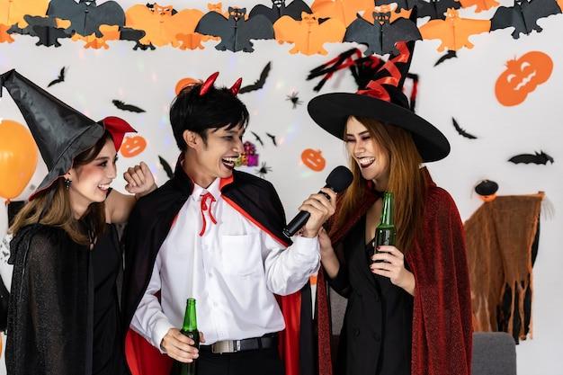 Porträtgruppe der asiatischen jungen erwachsenen, die halloween feiern Premium Fotos