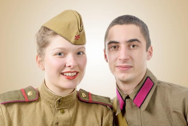 Porträtpaare in der russischen militäruniform Premium Fotos