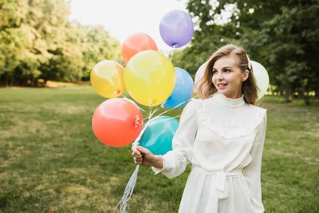 Porträtschönheit oudoors mit ballons Kostenlose Fotos