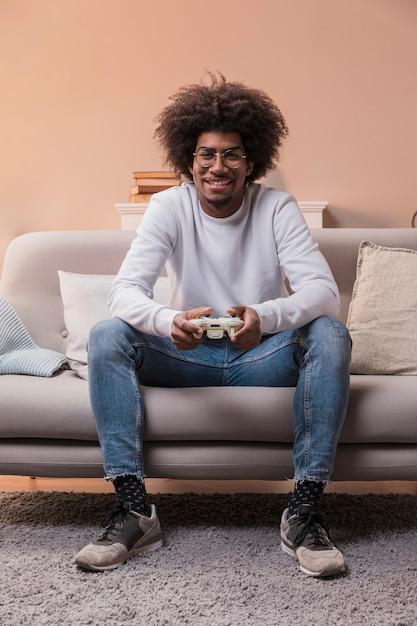 Porträtsmileymann, der spiele spielt Kostenlose Fotos