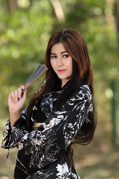 Portrait asien schöne japanische kimonofrau und japanische geishafrau mit japanischem schwert und woma Premium Fotos