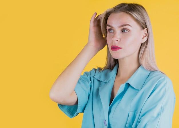 Portrait der attraktiven frauenaufstellung Kostenlose Fotos