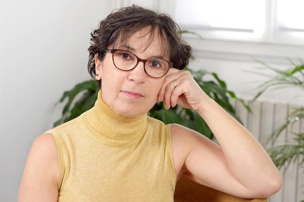 Portrait der fälligen frau des brunette mit gläsern Premium Fotos