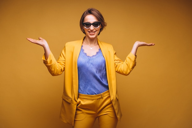 Portrait der frau in der gelben klage getrennt Kostenlose Fotos