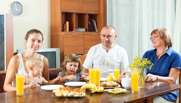 portrait der gl cklichen multigeneration familie essen friuts mit saft zu hause zusammen. Black Bedroom Furniture Sets. Home Design Ideas