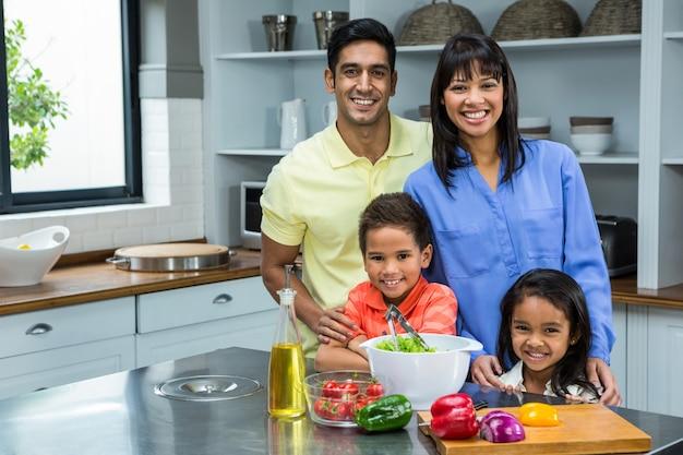Portrait der glücklichen familie in der küche Premium Fotos