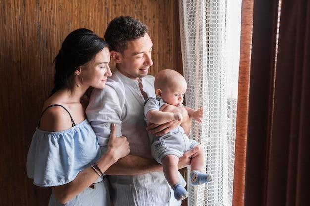 Portrait der glücklichen familie mit ihrem schätzchen Kostenlose Fotos