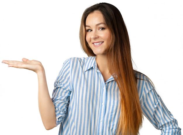 Portrait der glücklichen frau getrennt über weiß Premium Fotos