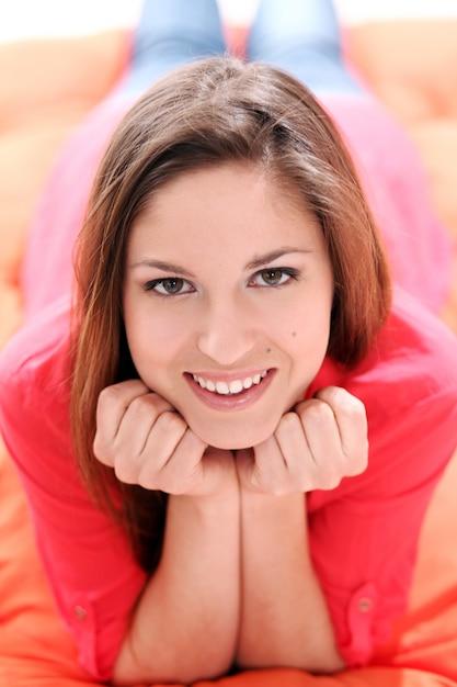 Portrait der glücklichen jungen frau Kostenlose Fotos