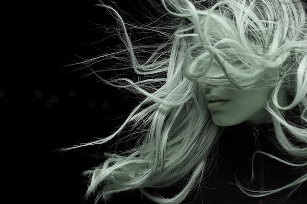 Portrait der jungen frau mit langen haaren Kostenlose Fotos