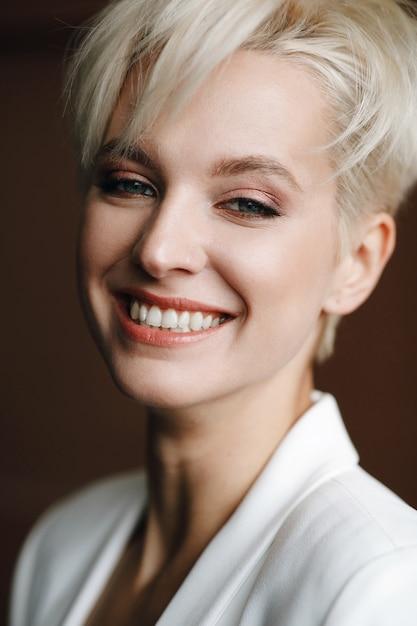 Portrait der lächelnden reizend frau mit tiefen blauen augen Kostenlose Fotos