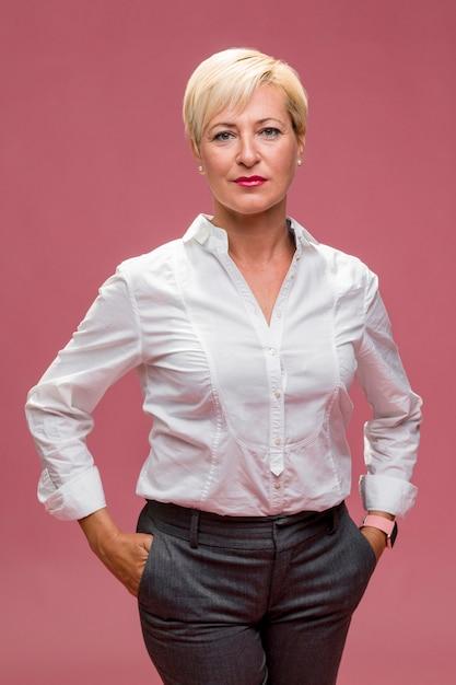 Portrait der mittleren gealterten geschäftsfrau Kostenlose Fotos