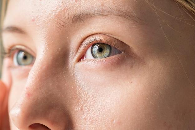 Portrait der nahaufnahme der weißen frau auf augen Kostenlose Fotos