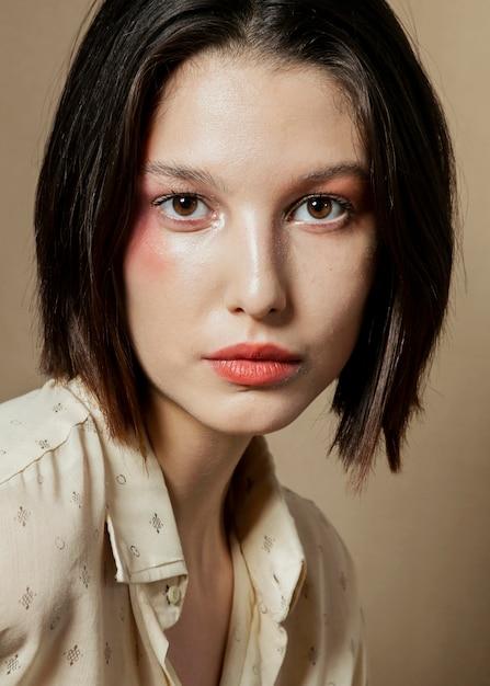 Portrait der schönen frau mit hemd Kostenlose Fotos