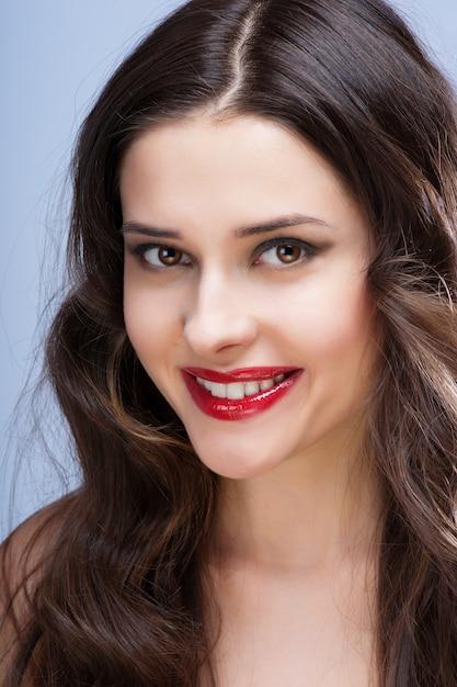 Portrait der schönen frau mit lockiger frisur Premium Fotos