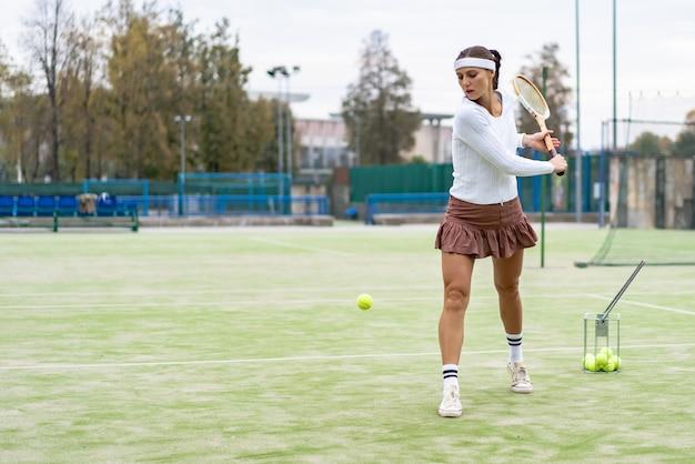 Portrait der schönen frau tennis im freien spielend Kostenlose Fotos
