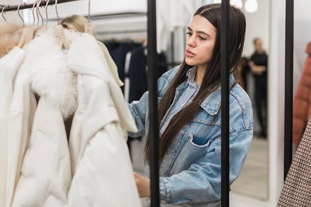 Portrait des einkaufens der erwachsenen frau Kostenlose Fotos